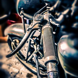 MvDF029 - Oldtimer motor in schuur Italie