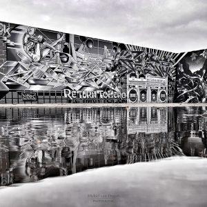 Zwart wit gespoten graffiti op een stuk muur bij een verlaten industrieterrein (in aanloop naar dé muur in Berlijn). Door de spiegelingen in een plas water, krijgt het geheel een versterkend effect!